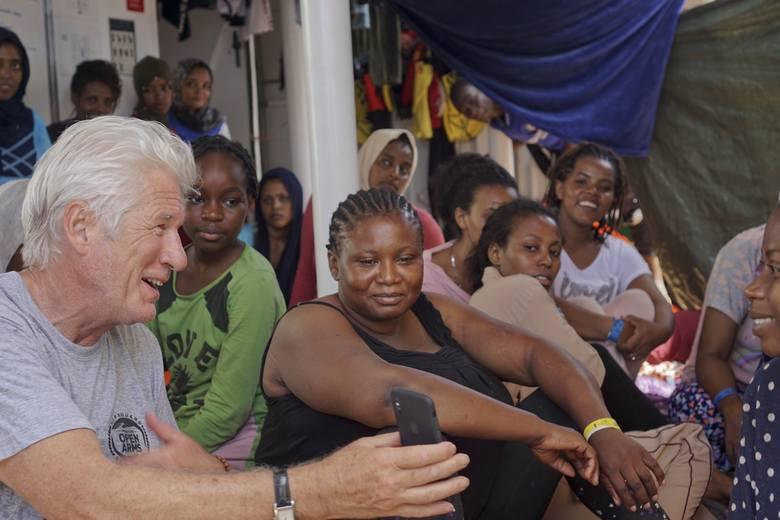 Aktor Richard Gere rozmawia z migrantami na pokładzie statku Open Arms