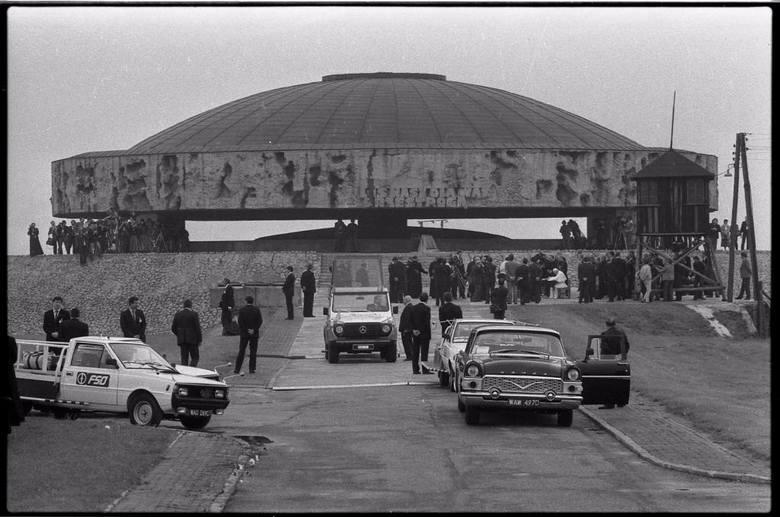 U szczytu Mauzoleum na papieża czekali fotoreporterzy, z muzeum Jan Paweł II odjechał papamobile