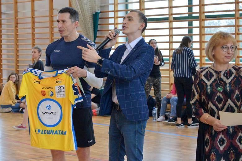 W hali VI Liceum Ogólnokształcącego imienia Juliusza Słowackiego w Kielcach odbył się Charytatywny Turniej Piłkarski, z którego dochód zostanie przekazany