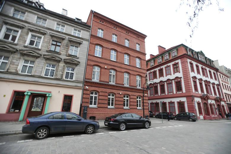 Tę kamienicę miasto sprzedało za 30 tysięcy złotych.