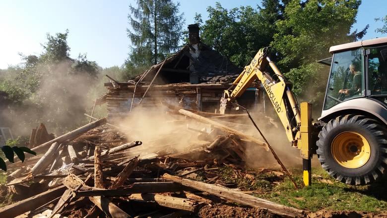 Dzięki akcji pomocy rozkręconej przez Marcina Górala, niepełnosprawny Kamil Kielar i jego mama Krystyna wkrótce zamieszkają w nowym domu. Nz. rozbiórka starego domu.