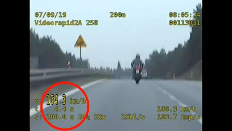 Motocyklista, który w poniedziałek rano jechał Drogą Krajową nr 25 w kierunku Stryszka, bardzo się spieszył. Gnał z prędkością 164 kilometrów na godzinę
