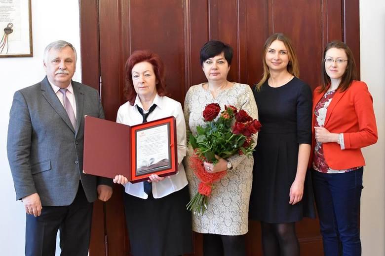 Po 31 latach pracy na stanowisku dyrektora Miejskiej Biblioteki Publicznej w Sławnie Pani Elżbieta Kosińska-Róg przechodzi na emeryturę. 31 stycznia