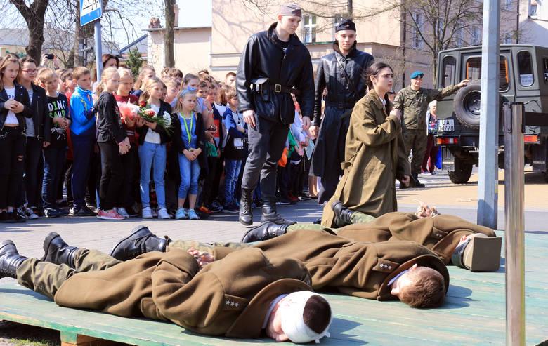 W samo południe przed pomnikiem upamiętniającym zbrodnię katyńską odbył się uroczysty apel pamięci pomordowanych w Katyniu, Starobielsku i Kozielsku.