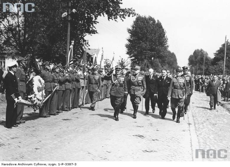 Generał Bronisław Bohatyrewicz (przed szeregiem) podczas uroczystości, 1939 rok.