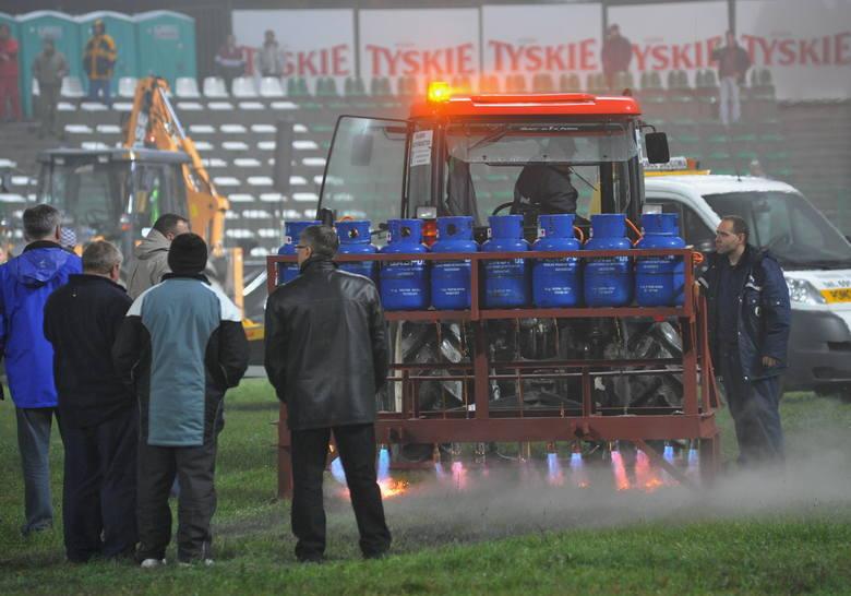 Prace na torze Falubazu Zielona Góra przed pierwszym meczem finału ekstraligi w sezonie 2009.