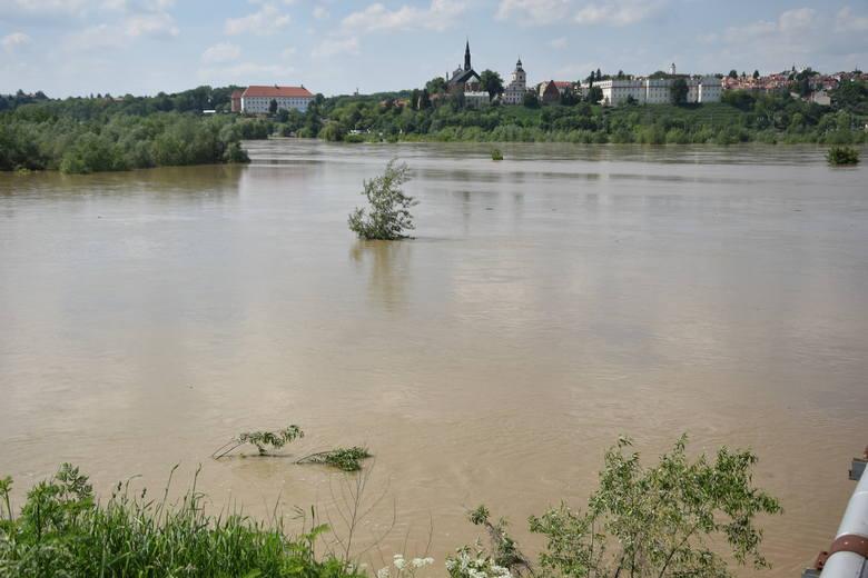 Przez Sandomierz przechodzi fala kulminacyjna na Wiśle. Zobacz zdjęcia