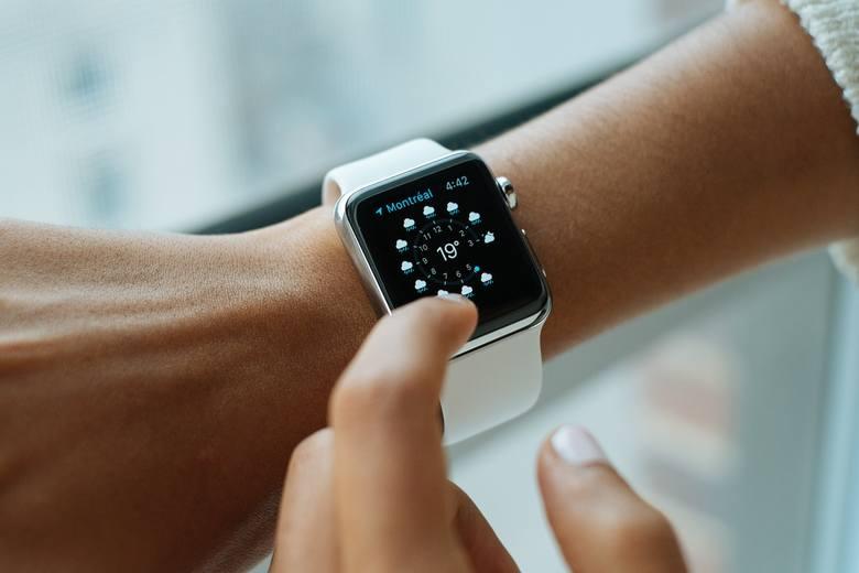Biały zegarek elektroniczny