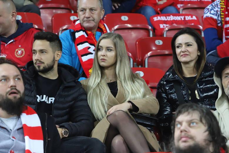 Fot. 1Na trybunach stadionów ŁKS przy al. Unii i Widzewa przy al. Piłsudskiego nie brakuje pięknych kobiet. Nasz fotoreporter uwiecznił na zdjęciach