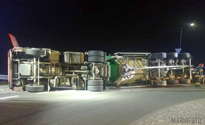 Do zdarzenia doszło w piątkowy wieczór, po godz. 21.00 na drodze nr 423 w Choruli. Podczas wjazdu na rondo ciężarowy mercedes przewożący sypki cement