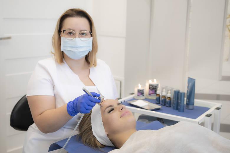 Magister kosmetolog oraz specjalista trycholog Agnieszka Jędrzejowska, współwłaściciel Laser Clinic w Kielcach.