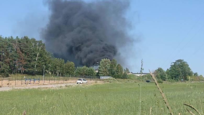 Pożar hali magazynowej w Chwaszczynie. Straty wyceniono na prawie milion złotych! Na miejscu pracowało 12 zastępów straży pożarnej