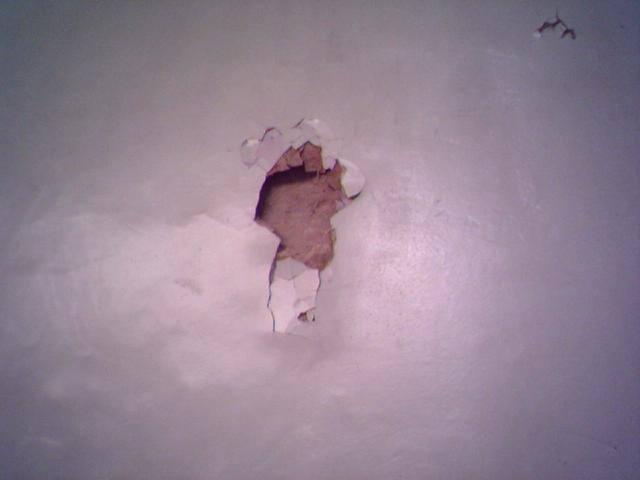 Kilkadziesiąt elektronarzędzi zniknęło ze sklepu! Złodzieje weszli przez… dziurę w ścianie