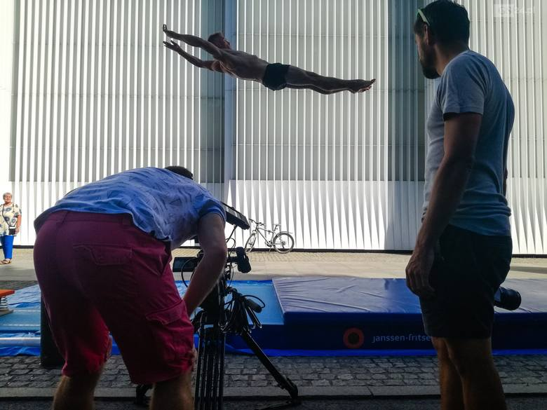 Gimnastycy przy Filharmonii i na bulwarach. Skąd się tam wzięli? Wyjaśniamy [ZDJĘCIA]