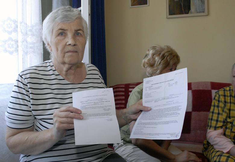 Alicja Kołodziej pokazuje wyniki obdukcji lekarskiej, którą zrobiła po tym, jak 22-latek pobił ją przy windzie.