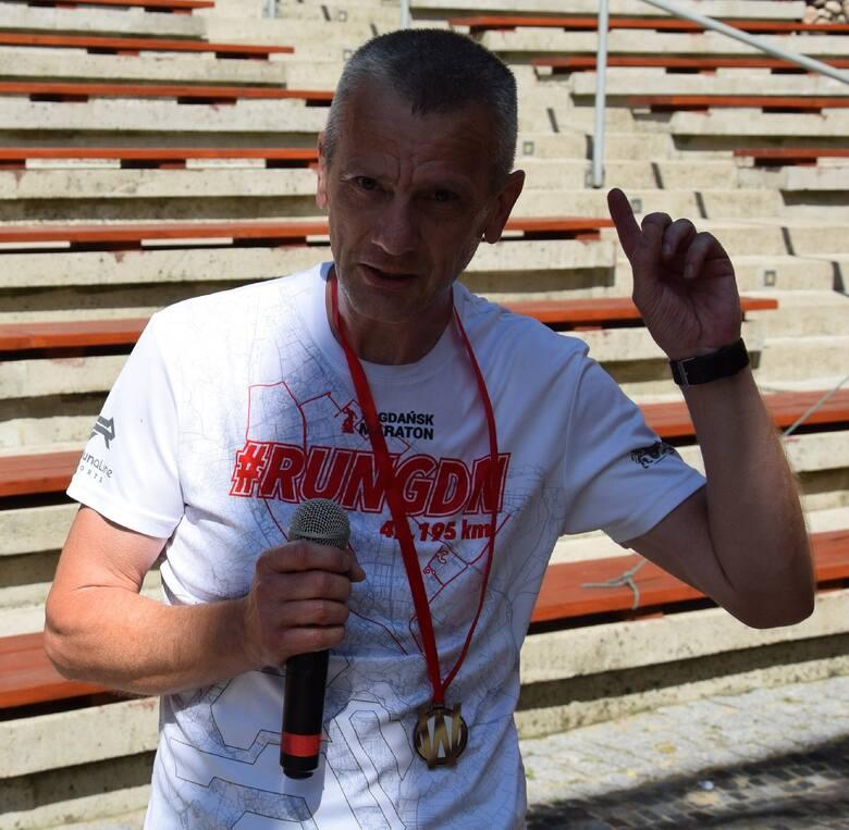 Pan Dariusz z Łagowa, zwycięzca biegu podczas festynu charytatywnego dla 15-letniej Wiktorii Janczak z Sieniawy