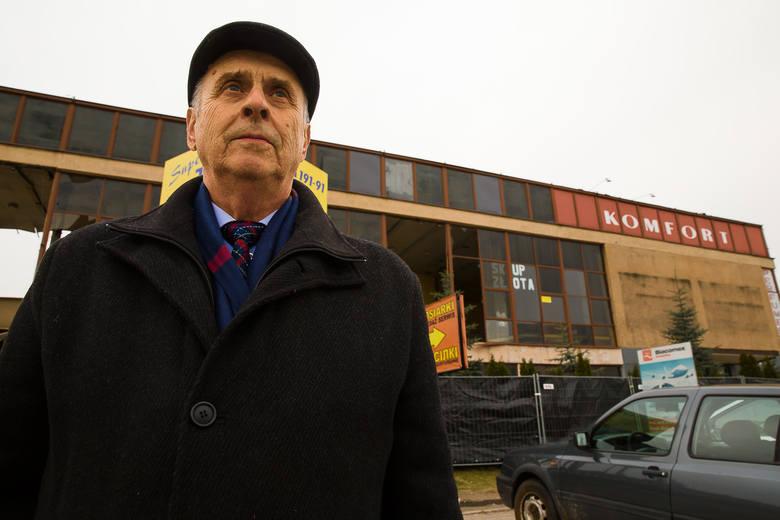 Zbigniew Łopianecki na tle starego dworca tuż przed zburzeniem. – Myślę, że dałoby się go odnowić, a nie stawiać nowy – mówi.
