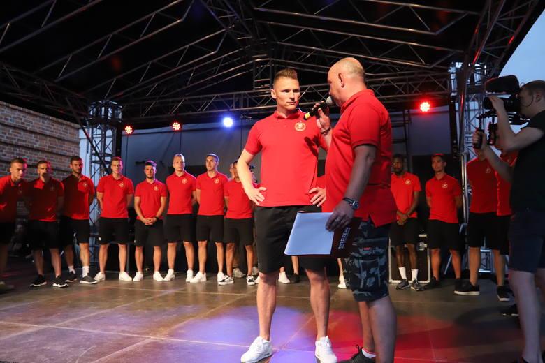 Marcin Robak w rozmowie z Marcinem Tarocińskim podczas prezentacji drużyny Widzewa w Centralnym Muzeum Włókiennictwa w Łodzi
