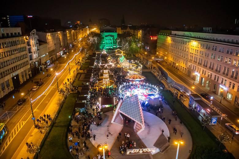Świąteczny jarmark w Poznaniu rozpoczął się na placu Wolności w sobotę, 17 listopada. Można znaleźć na nim stoiska z lokalnymi produktami i rękodziełem,