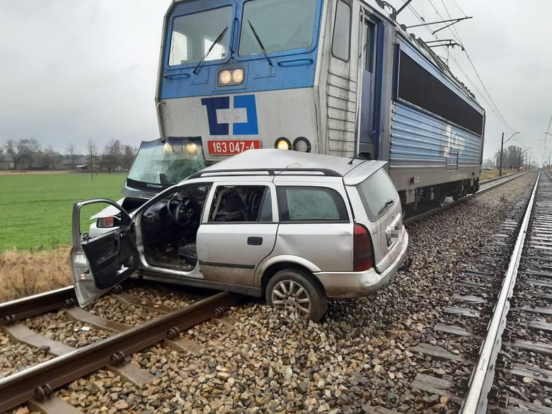 Tragedia wydarzyła się około południa na niestrzeżonym przejeździe kolejowym. Elektrowóz uderzył w samochód od strony pasażera, miażdżąc karoserię pojazdu