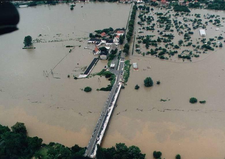 Powódź 1997 nad Opolszczyzną z lotu ptaka. Krapkowice.