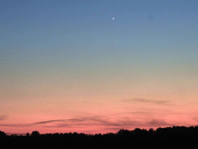 Wenus i Merkury razem na nocnym niebie. Widziana przez lornetkę lub lunetę, Wenus ma teraz kształt wąskiego sierpa