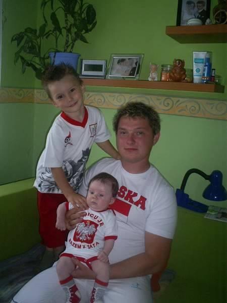 Tata z małymi kibicami: Sebastianem (4 lata) i Oliwerem (2 miesiące).