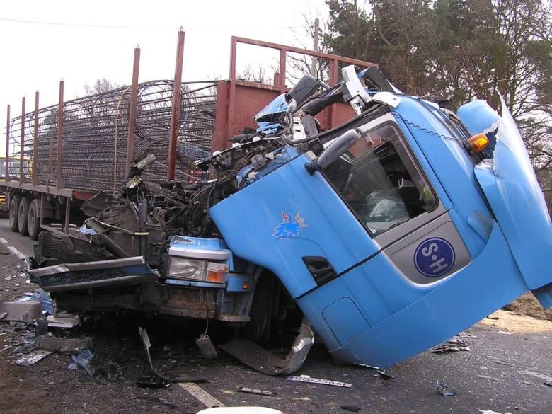 Na drodze krajowej nr 11 w miejscowości Wojciechów (gm. Olesno) doszło do zderzenia czterech samochodów ciężarowych marki Mitsubishi, Mercedes, Renault