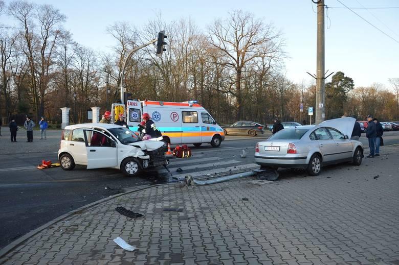 Wypadek koło poczty. Utrudnienia na skrzyżowaniu [ZDJĘCIA]