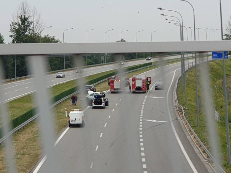 Dwa samochody osobowe zderzyły się na autostradzie A4, pod wiaduktem Dębica Wschód - informuje policja. Są utrudnienia.Do wypadku na autostradzie doszło