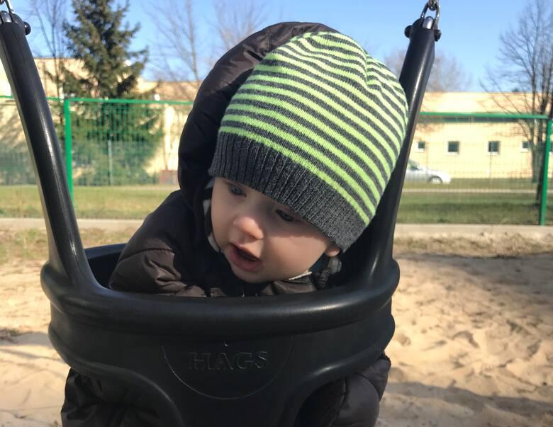 Słabe napięcie mięśniowe u niemowlaka spowoduje brak mobilizacji mięśniowej, przez co dziecko będzie wiotkie, wręcz przelewające się przez ręce.