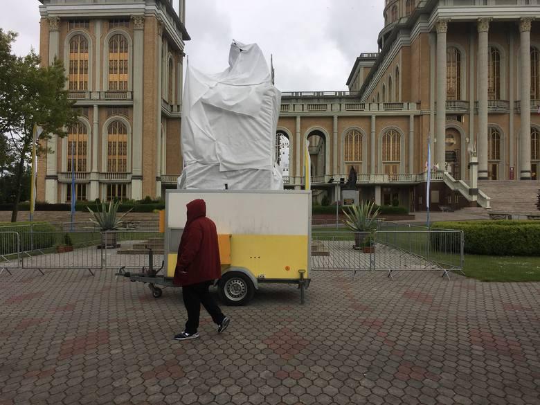 Pomnik papieża z księdzem Eugeniuszem Makulskim, pomysłodawcą i głównym budowniczym bazyliki w Licheniu, został zasłonięty we wtorek rano. W filmie braci