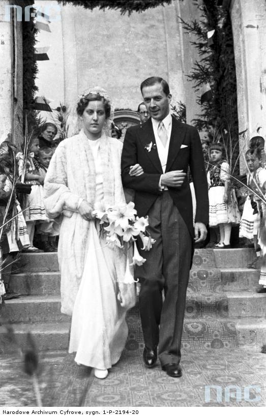 Państwo młodzi opuszczają kościół św. Bartłomieja Apostoła w Morawicy po ceremonii zaślubin.