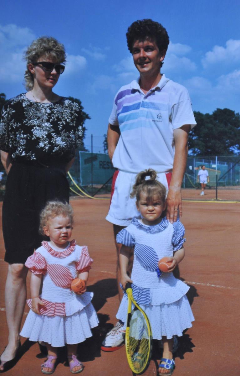 Siostry z rodzicami - Martą i Robertem - w pierwszej połowie lat 90.