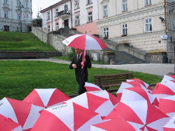 """Świeto Flagi w PrzemyśluPrzemyscy harcerze, dzialacze Platformy Obywatelskiej i mieszkancy z bialo – czerwonych parasolek ulozyli w Rynku napis """"2"""