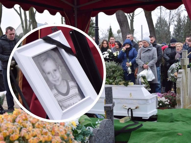 Malutka, biała trumna z ciałem Tomusia spoczęła na cmentarzu komunalnym w Kwidzynie. 3,5 latka żegnała rodzina, mieszkańcy Grudziądza oraz Kwidzyna...