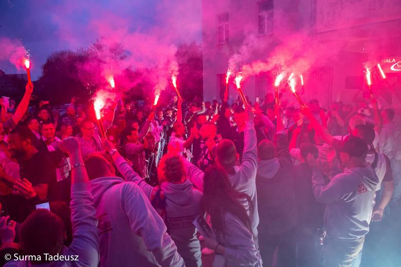 Kibice i koszykarze Spójni świętowali przed halą Ośrodka Sportu i Rekreacji przy ulicy Pierwszej Brygady w Stargardzie