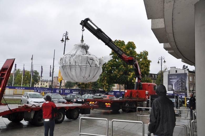 Potężny, ważący bagatela 3/4 tony żyrandol, który jest  już wręcz historycznym elementem scenografii jednej z najdroższych produkcji Opery Nova, jaką