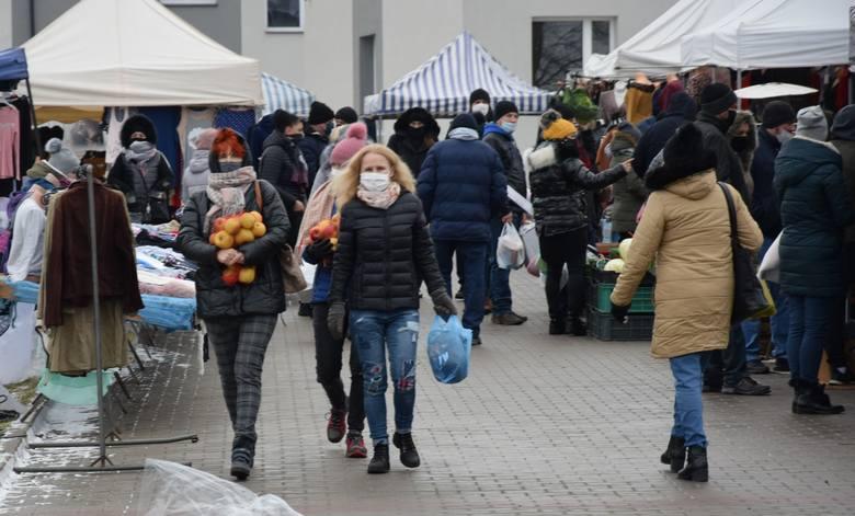 Niedzielny (10 stycznia) targ w Wierzbicy w powiecie radomskim przyciągnął wielu sprzedających i kupujących. Mimo, że nie sprzyjała korzystna pogoda,