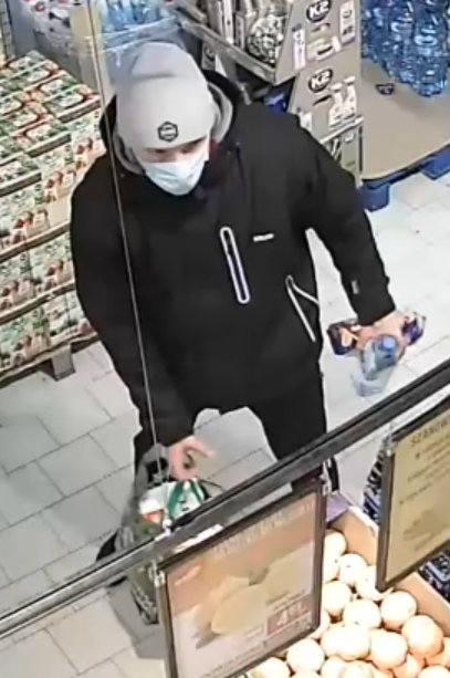 Policjanci proszą mieszkańców o pomoc w ustaleniu tożsamości tego mężczyzny.