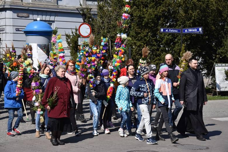 W Żninie odbył się VIII Konkurs na Palmę Wielkanocną i Kropidło Pałuckie. Zanim go rozstrzygnięto, ulicami miasta, przeszła procesja z palmami.  Kilka