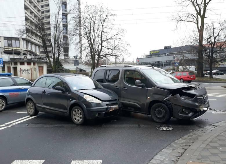 Wypadek na skrzyżowaniu ulic: Bujwida, Grunwaldzkiej i Sienkiewicza we Wrocławiu 4.02.2021