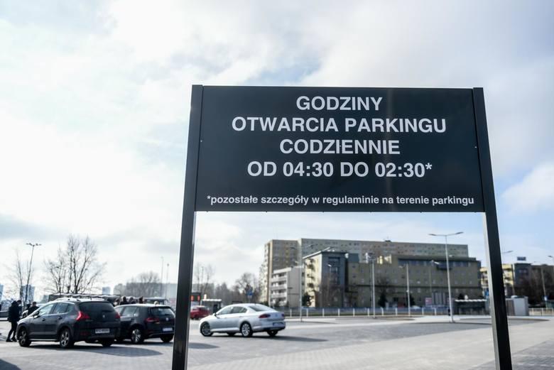 Zostawiając samochód na parkingu, kierowcy mogą wygodnie dojechać do centrum tramwajem lub autobusem