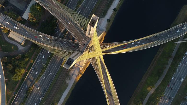 Ponte Octávio Frias de Oliveira, Sao Paulo, BrazyliaMost wantowy w São Paulo, w Brazylii, na rzece Pinheiros o długości 1600 m i wysokości 138 m. Zbudowany