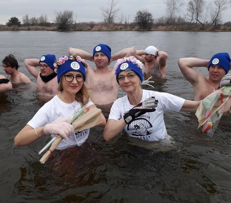 Białobrzeskie Morsy nie rezygnują z zimowych kąpieli w Pilicy. Ostatnie spotkanie było wyjątkowe, bo obchodzono Dzień Kobiet. Panowie mieli dla koleżanek