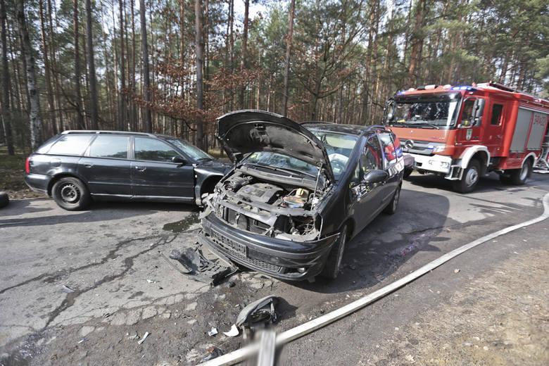 Do wypadku doszło w sobotę (5 marca) w Kotowicach (gmina Nowogród Bobrzański). Młody kierowca audi staranował jeepa i forda galaxy. Jeep dachował i zapalił