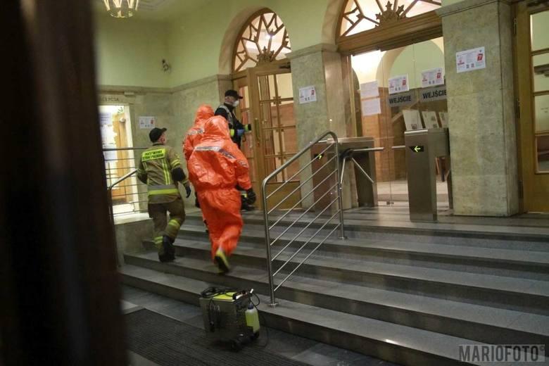 W nocy z 26 na 27 maja strażacy dezynfekowali komendę Wojewódzką Policji w Opolu.