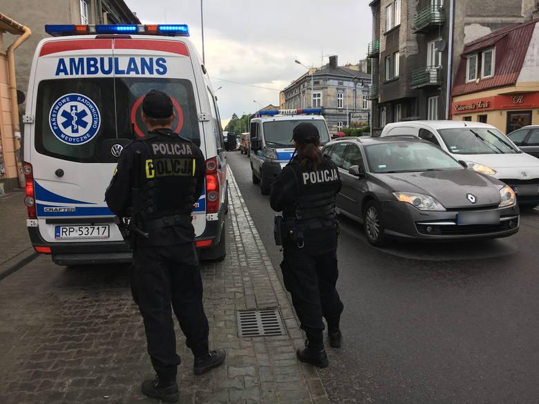 Policjanci pracują na miejscu wypadku na ul. Grunwaldzkiej w Przemyślu. W poniedziałek po godz. 16 kierująca renault potrąciła poza przejściem dla pieszych