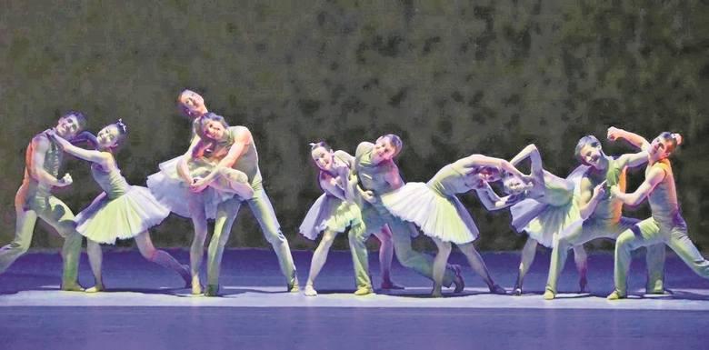 """Scena z """"Fascynacji"""", spektaklu baletowego w pięciu  obrazach, autorstwa Mauro de Candia i Jorma Elo. Premiera, z muzyką m.in. J. S. Bacha i Jeana Sibeliusa, odbyła się w 2013 r."""