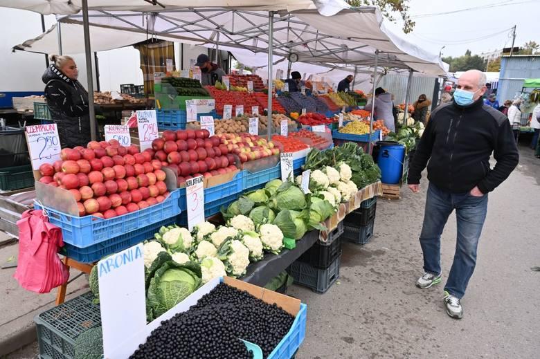 Ceny owoców i warzyw na kieleckich bazarach w piątek 16 października były wyjątkowo niskie. Jabłka można było kupić już za 3 złote, cebulę za 2, marchew